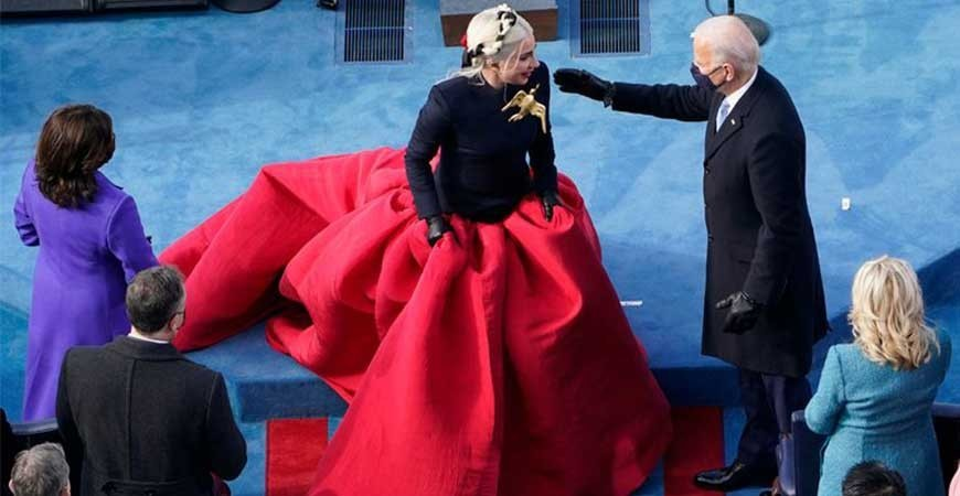 کمی عجیبه که لیدی گاگا رو با لباسی رسمی در مراسمی خاص ببینیم !!